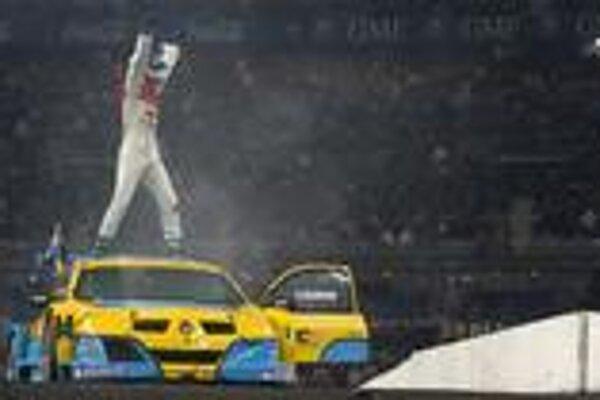 Vo veľkom finále potom jazdec Audi DTM Mattias Ekstrom spôsobil veľký rozruch, keď po výhre nad Loebom v jeho vlastnej technike Citroen Xsara WRC uštedril Francúzovi porážku aj v Renaulte Megané Trophy.