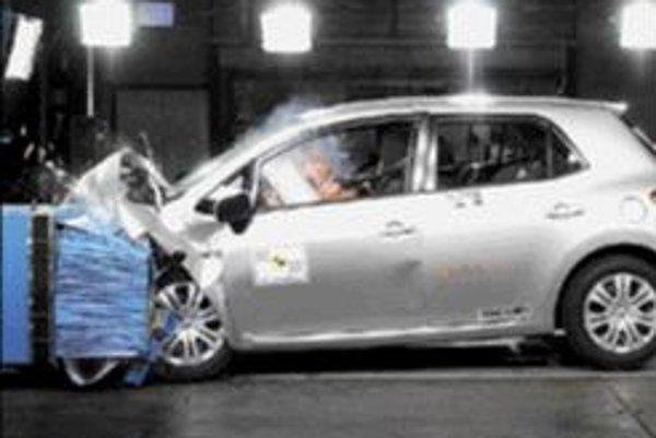 V sérii posledných nárazových testov sa zaskvela Toyota Auris so ziskom piatich hviezdičiek a 35 bodov. Bod stratila iba pri čelnom náraze, ktorý zvládla na 94 percent. Ochrana pri bočnom náraze dosiahla stopercentnú úroveň. Obdiv si zaslúžia aj tri hviez