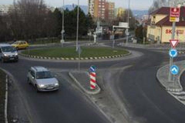 Kruhové križovatky na Slovensku konečne vyrástli aj na frekventovaných mestských komunikáciách. Takmer polovica našich motoristov nepoužíva smerovky pri opúšťaní kruhu.