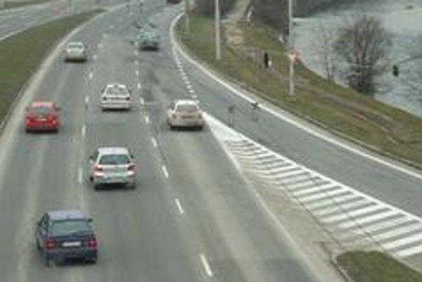 Problémový úsek začína nevhodným pripojením hlavného ťahu zo Zvolena a Bratislavy do mesta. Kým vozidlá z mestských častí  jazdia v troch pruhoch, autá prichádzajúce zo Zvolena im vchádzajú rovno do jazdnej dráhy.