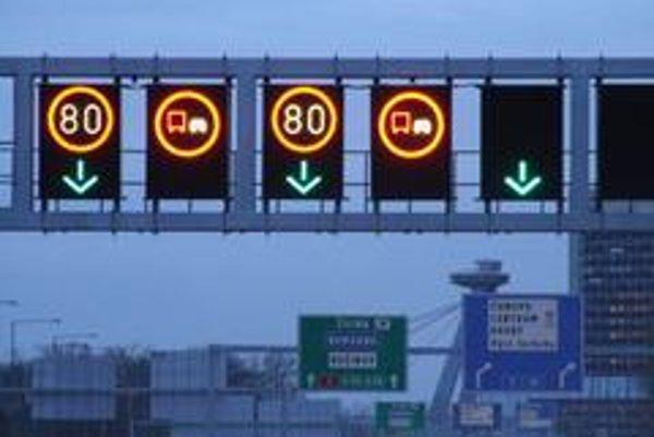 Diaľničný obchvat Bratislavy má moderný systém elektronických dopravných značiek. Rýchlej zmene a aktívnemu zásahu do riadenia dopravy však chýba spoločný centrálny dispečing a lepší zákon.
