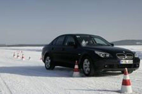 Vodič v losom teste nemusí pri tej istej prejazdovej rýchlosti robiť také kmity volantom ako bez Driving Performance Control. Auto je ďaleko stabilnejšie a rýchlejšie.