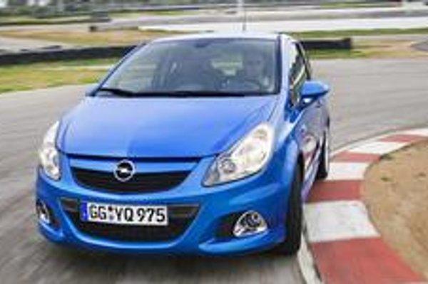 Športová Corsa veľmi dobre brzdí a drží stopu ale nie je tak drsná ako Renault Clio Sport.