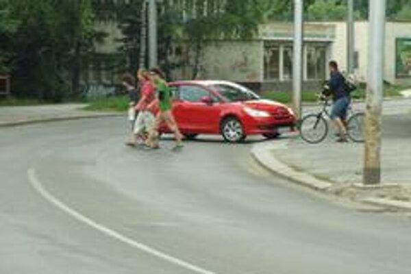 Na slovenských cestách je mnoho nebezpečných  miest s nevhodným značením a nesprávnym prevedením stavby cesty.  Ak viete o podobných miestach napíšte nám.