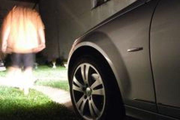 Praktický systém leaving home osvetľuje okolie auta na niekoľko desiatok sekúnd po odomknutí diaľkovým ovládačom.Coming home  svieti  po zamknutí auta tak dlho, ako je to nastavené v palubnom systéme vozidla..