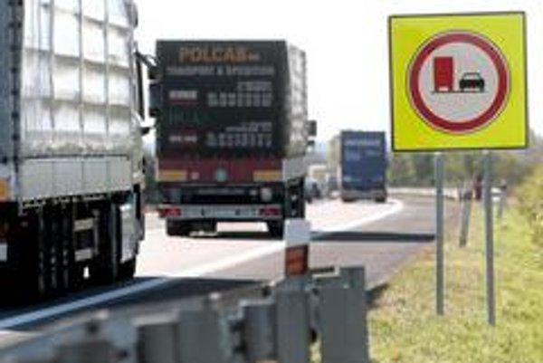 Obojsmerný zákaz predchádzania pre kamióny na diaľnici D1 v úseku Trnava – Bratislava platí  rok. Za ten čas sa ukázali výhody aj nevýhody spojené so zaplnením ľavého jazdného pruhu osobnou dopravou.  Doplniť treba tiež súčasné  zákazové značky.