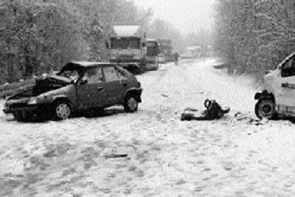 V zimnom období a zvlášť pri prvých návaloch snehu ťažko odhadnúť, čo nás na cestách postretne. Aj v ére mobilných telefónov môžeme čakať na odtiahnutie niekoľko hodín.