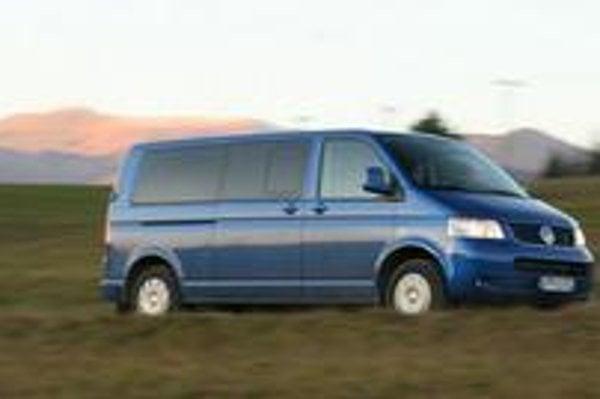 Volkswagen Caravelle 4motion dobre zvláda vidiecke štrkové cesty aj rozbahnené lúky.