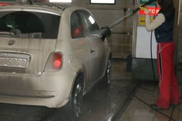 Tlakové opláchnutie auta pred umývaním chráni lak najmä v jarných mesiacoch. Špina sa za pár minút lepšie odmočí a výsledný efekt je o poznanie lepší.