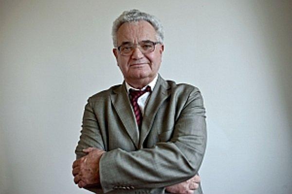 RNDr. Stanislav Dubnička, DrSc. (1942) je vedúci oddelenia teoreticky fyziky na Fyzikálnom ústave SAV. Je aj vládnym splnomocnencom v Spojenom ústave jadrových výskumov v ruskej Dubne. Absolvoval študijné pobyty v talianskych mestách Terst, Turín a Frasca
