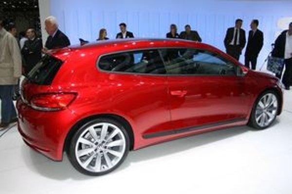 Bočný profil karosérie zapadá do konceptu športového auta na každý deň.