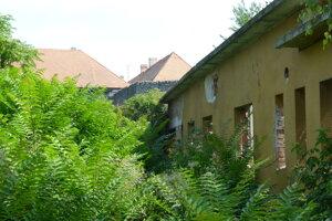 Bývalý pioniersky dom na Tureckom rade. Za ním je areál Levického hradu.