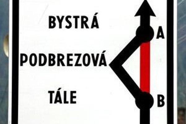 Podľa zlej tabule je cesta uzatvorená medzi Bystrou a Tálami a obchádzka vedie cez Podbrezovú. Skutočnosť je však iná.