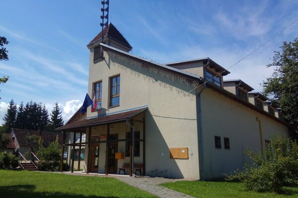 Pošta vo Vlachoch sídlila v budove obecného úradu.
