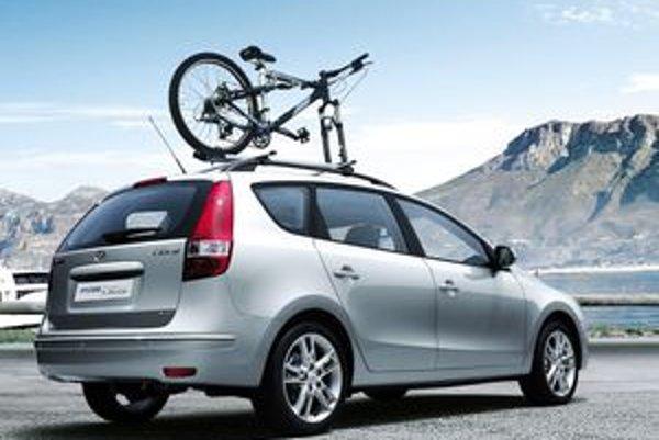 Bezpečnostná výbava zahŕňa v štandarde 6 airbagov (2  predné, 2 bočné, 2 okenné), trojbodové bezpečnostné pásy s predpínačmi a aktívne predné opierky hlavy.