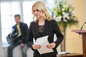 Novozvolená poslankyňa Monika Jankovská (Smer-SD) počas prevzatia osvedčenia o zvolení za poslanca Národnej rady SR. Bratislava, 11. marec 2016.