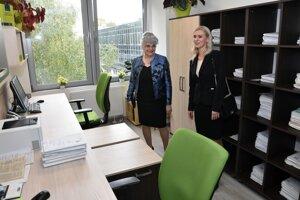 Predsedníčka Najvyššieho súdu Daniela Švecová a štátna tajomníčka Ministerstva spravodlivosti Monika Jankovská pri prehliadke kancelárských priestorov zrekonštruovanej budovy Okresného súdu v Michalovciach v októbri 2017.