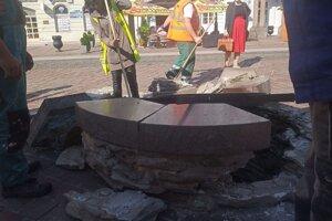 Studňa na Hlavnej ulici je rozbitá.