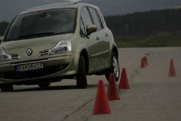 Vyššie položené ťažisko auta nerobí problémy ani pri náhlej zmene smeru jazdy. Karoséria klesne dole, ale príliš sa nenakloní. Prácu stabilizátora zadnej nápravy dokazuje zdvihnuté koleso.