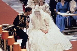 Lady Diana mala oblečené šaty z dielne manželov Davida a Elizabeth Emanuelovcov, ktoré presne odrážali vkus raných osemdesiatych rokov.