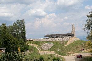 Veža Dolného hradbu so západnou líniou opevnenia počas obnovy.