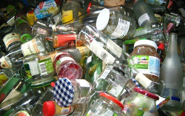 Z piatich zrecyklovaných pohárov sa dá vyrobiť jedna sklenená váza. Z recyklovaného skla sa vyrábajú pivové fľaše, fľaše na minerálky, poháre a iné sklenené produkty.