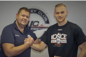Hokejistov HC Košice posilnil obranca Vojtech Zeleňák.