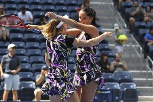 Viktória Kužmová (vpravo) a Bieloruska Alexandra Sasnovičová si na US Open 2019 zahrali v semifinále.