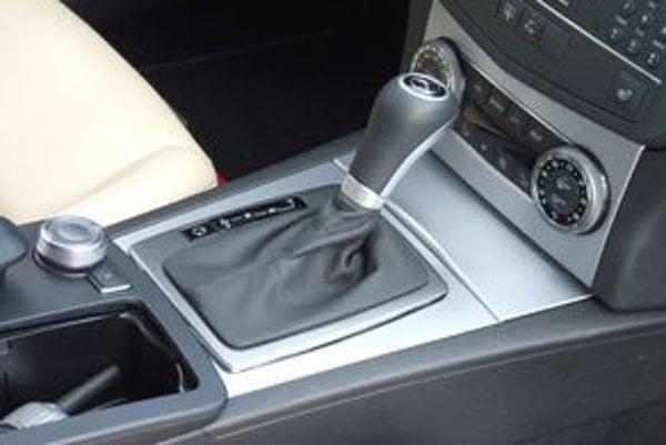 Jazda s automatickou prevodovkou je podstatne komfortnejšia. Drahší automat šetrí motor aj pohonné ústrojenstvo auta. Niektoré sú dokonca úspornejšie.