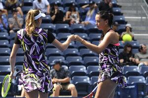 Slovenská tenistka Viktória Kužmová (vpravo) a Bieloruska Alexandra Sasnovičová reagujú po bodovom zisku v zápase proti nasadenej kanadsko-čínskej dvojici Gabriela Dabrowská, I-fan v štvrťfinále štvorhry grandslamového tenisového turnaja US Open 2019.