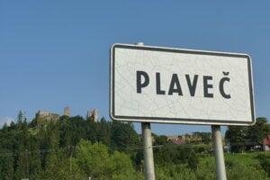 Na snímke je tabuľa s názvom obce Plaveč v Ľubovnianskom okrese. V pozadí dominanta obce, ktorou je hrad z konca 13. storočia. V Plavči v súčasnosti žije viac ako 1850 obyvateľov a patrí medzi najväčšie obce v okrese na severe Spiša.