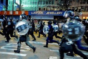 Honkongská polícia pri zásahu voči demonštrantom.