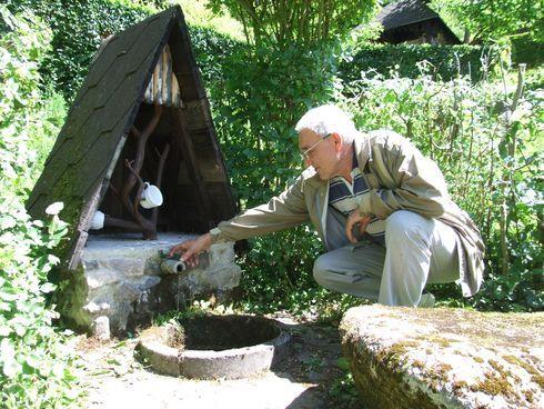 predtým, ako sa pustil do okolitých prameňov, postavil vo svojej záhrade studničku.