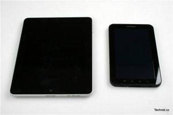 Porovnanie iPadu a Samsung Galaxy Tab. Menši je Samsung.