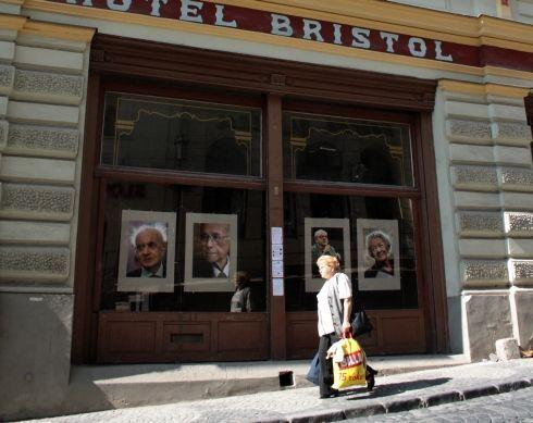 fotografie poľských osobností v hoteli bristol.