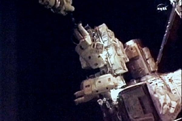 V pondelok vymenili astronauti pokazenú pumpu.