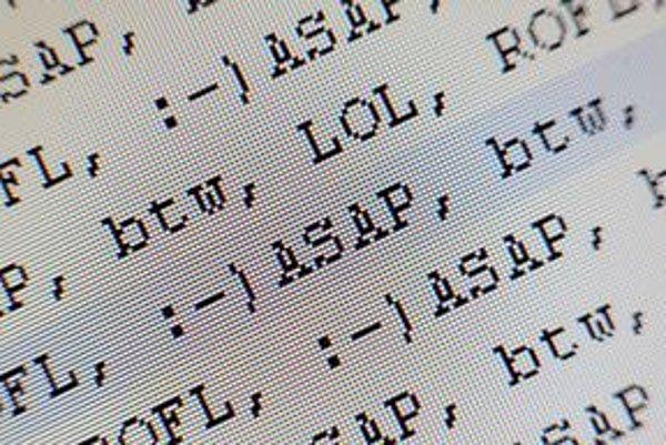 Kým skratka ASAP či BTW je pri komunikácii prípustná, tínedžerské skratky ako LOL či ROFL si zatiaľ miesto v obchodnej komunikácii nenašli.