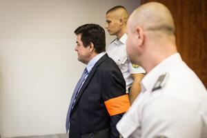 Mariana Kočnera privádzajú na súd.