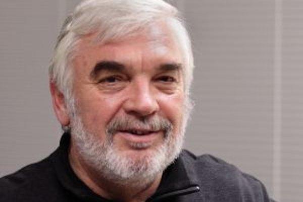 Narodil sa v roku 1949 v Bratislave, vyštudoval Chemicko-technologickú fakultu na STU v Bratislave (odbor ropa a uhľovodíkové plyny). Po škole sa zamestnal v Slovnafte ako výskumný pracovník, neskôr pracoval na nábehu etylénovej jednotky a v skupine chemi