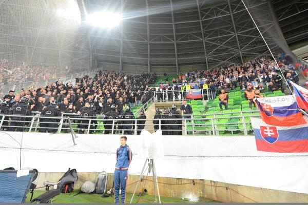 Na snímke vľavo fanúšikovia Maďarska a vpravo fanúšikovia Slovenska v hľadisku pred zápasom kvalifikácie EURO 2020 Maďarsko – Slovensko.