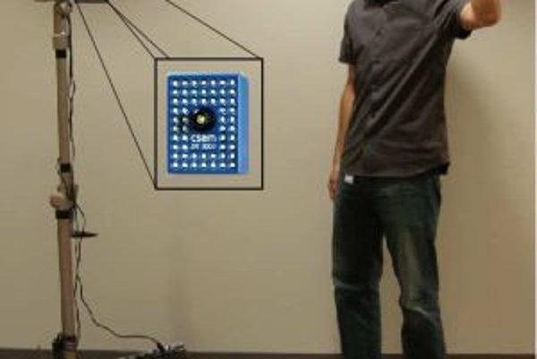 Bádateľ gestom inštrujuje robota. Ovládať ho ale možno aj hlasovými príkazmi, na čo členom tímu slúži bežný bezdrôtový headset s prenosom signálu cez Bluetooth.