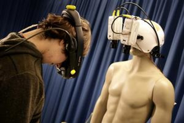 Študent s figurínou počas pokusu.