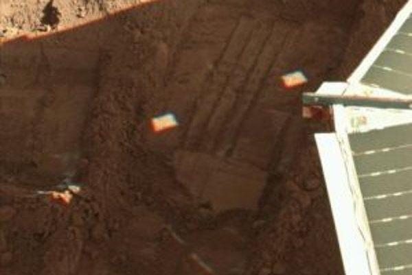 Sonda Phoenix po prvý raz zaznamenala sneženie na planéte Mars. Sneh padajúci z oblakov však zmizol skôr, ako dosiahol na povrch planéty, informoval v pondelok americký Národný úrad pre letectvo a vesmír (NASA). Phoenix tiež získal nové dôkazy, ktoré nazn