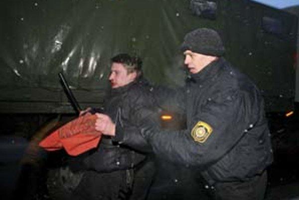 Novinárov zatkli aj počas marcových demonštrácií.