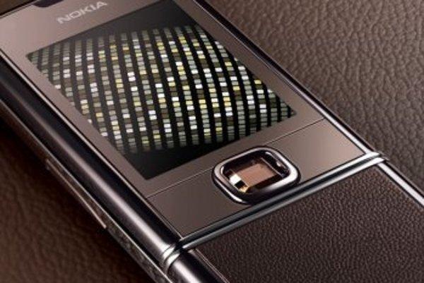 Aj keď Nokia tvrdí, že ide o drahokam, teda prírodný a vzácny kameň, je to len lacná syntetická náhrada zafíru.