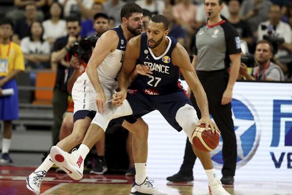 Rudy Gobert (vpravo) a Joe Harris v zápase štvrťfinále MS v basketbale mužov USA - Francúzsko.