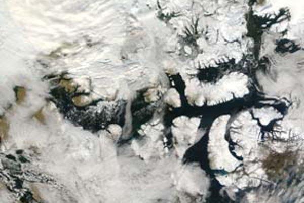 Záber satelitu NASA z 15. septembra tohto roku ukazuje doteraz najnižšiu rozlohu ľadovej pokrývky Arktídy od roku 1978 spolu s takmer uvoľnenou legendárnou severozápadnou cestou.