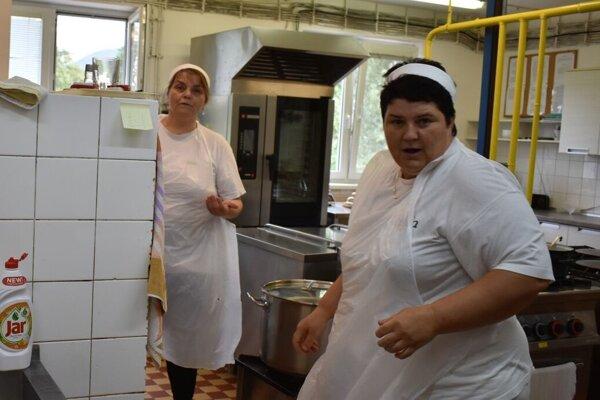 Kuchárky v materskej školy v Košeci zvládli nápor stravníkov prvý deň. Bilo ich rozhodne viac. Priestory sú obmedzené, obec ich musí rozšíriť.