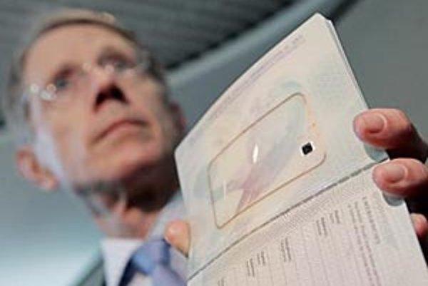 Nenápadný čip, ktorý čoskoro pribudne aj v slovenských pasoch, predstavuje pre majiteľov dokladov vážne ohrozenie súkromia, tvrdia bezpečnostní poradcovia Európskej únie. Veľká Británia vydáva pasy s čipmi od marca tohto roku, na snímke jeden z nich predv