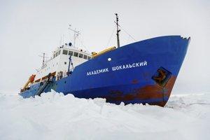 Ruská výskumná loď Akademik Šokaľskij uväznená v ľade.